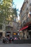 Cafés de rue et beaux bâtiments dans la vieille ville du Bordeaux images libres de droits