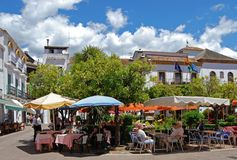Cafés de trottoir, place orange, Marbella. Image stock