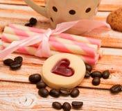 Cafés e Decaf do frescor das mostras dos feijões de café do coração imagens de stock royalty free