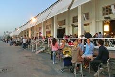 Cafés en plein air de bord de mer de Belgrade dans le début de soirée Image libre de droits