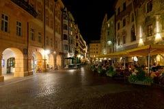 Cafés na rua perto do telhado dourado Fotos de Stock