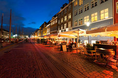 Cafés pequenos em Nyhavn na noite Fotografia de Stock Royalty Free