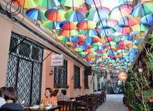 Cafés sob o telhado de guarda-chuva em Pasagiul Victoriei Fotos de Stock Royalty Free