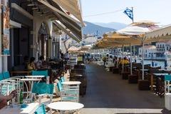 Cafés sur le remblai d'une ville de touristes Agios Nikolaos d'élite côtière Photos libres de droits