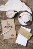 cafés sur une table avec amour, fond de concept de jour de valentines Photographie stock