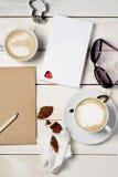 cafés sur une table avec amour, fond de concept de jour de valentines Image stock