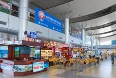 Cafés y restaurantes en el interior del aeropuerto internacional de Ranh de la leva Foto de archivo libre de regalías