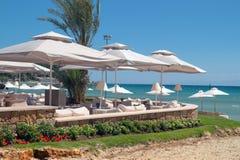 Cafétéria grec traditionnel à la plage photos libres de droits