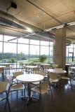 Cafétéria offic de vue de verticale avec la table centrée. Image libre de droits