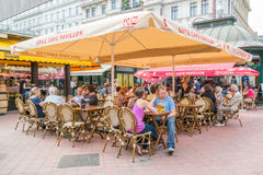 Caféterrasse auf Naschmarkt in Wien, Österreich Stockfotos