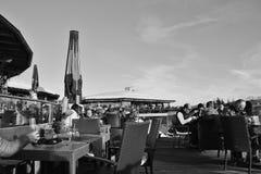 Caféterrasse in den Bergen und Ansicht des Gebirgszugs Hohe Tauern Österreich Lizenzfreie Stockbilder