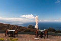 Caféterrasse mit schöner Ansicht über Ozean Stockfoto