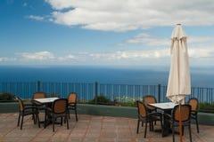 Caféterrasse mit schöner Ansicht über Ozean Lizenzfreies Stockbild