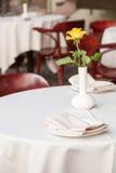 Caféterrasse mit Tabellen und Stuhl Stockfoto
