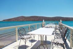 Café al aire libre del embarcadero. Elounda, Creta Fotos de archivo