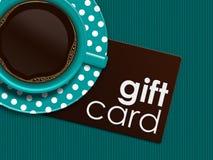 Café avec la carte cadeaux se trouvant sur la nappe Photo stock