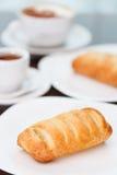 Caf? avec la p?te feuillet image stock