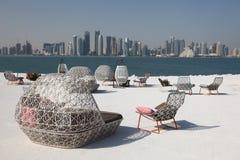 Café avec la vue de Doha du centre Images libres de droits