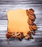 Café, azúcar, canela, galletas y papel del vintage Fotografía de archivo