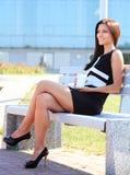 Café bebendo da jovem mulher em um parque Imagens de Stock