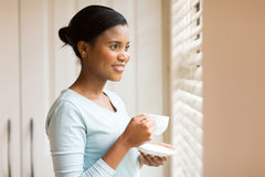 Café bebendo da mulher africana Imagem de Stock Royalty Free