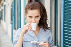 Café bebendo da mulher no terraço em uma manhã Imagem de Stock
