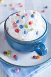 Café com chantiliy e gotas de chocolate coloridas Imagem de Stock Royalty Free