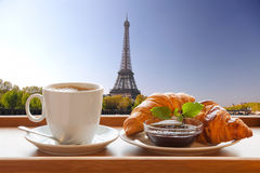 Café com os croissant contra a torre Eiffel em Paris, França Imagem de Stock