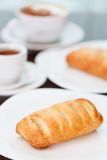 Caf? con la pasta de hojaldre Imagen de archivo