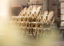 Café con las tablas y las sillas en la calle de Europa Imagen de archivo