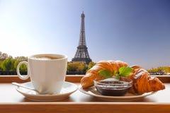 Café con los cruasanes contra torre Eiffel en París, Francia Imagen de archivo