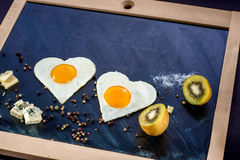 Café da manhã com ovos, suco de laranja no quadro Fotografia de Stock Royalty Free
