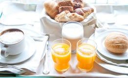 Café da manhã fantástico do cappuccino, croissant, suco de laranja Fotografia de Stock Royalty Free