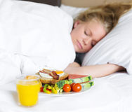 Café da manhã na cama Fotografia de Stock Royalty Free