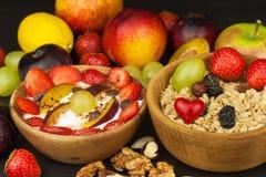 Café da manhã saudável com cereais e frutos coloridos Iogurte com fruto e farinha de aveia Refeições para atletas bem sucedidos Imagem de Stock