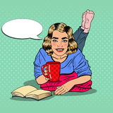 Café de Art Young Smiling Woman Drinking do PNF e livro de leitura Foto de Stock
