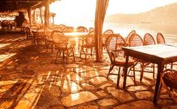 Café de bord de la mer dans la lumière de coucher du soleil Photos stock
