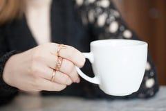 Caf? de consumici?n de la mujer hermosa por la ma?ana fotos de archivo libres de regalías