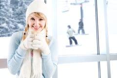Café de consumición de la muchacha caucásica Imagen de archivo libre de regalías