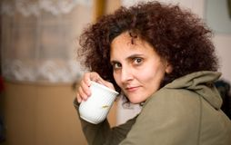 Café de consumición de la mujer del Redhead Imagen de archivo