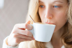 Café de consumición de la mujer joven. Taza de bebida caliente Imagen de archivo