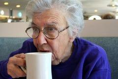 Café de consumición de la mujer mayor Imagen de archivo