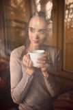 Café de consumición de la mujer por la mañana Fotos de archivo libres de regalías
