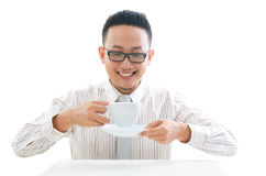 Café de consumición del varón asiático del negocio Foto de archivo