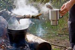 Café de la mañana en el sitio para acampar Imagen de archivo libre de regalías