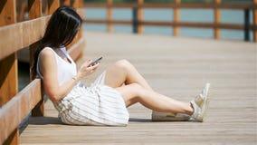 Caf? de la mujer urbana joven feliz de trabajo y de consumici?n en ciudad europea al aire libre metrajes