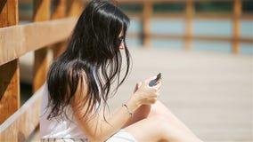Caf? de la mujer urbana joven feliz de trabajo y de consumici?n en ciudad europea al aire libre almacen de video
