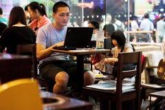 Café de los starbucks del Internet del muchacho Fotos de archivo