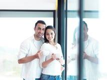 Café de matin de jeunes boissons de couples de Relaxet premier Images stock