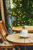 Café delicioso o chocolate caliente en café parisiense de la calle Fotografía de archivo libre de regalías